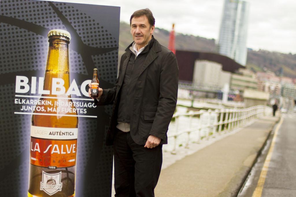 Xabier Jon Davalillo posa con el cartel del acuerdo con LA SALVE junto a la ría - La Salve Bilbao
