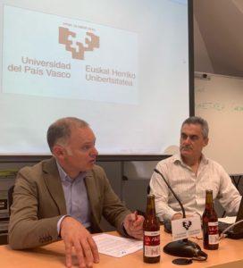 Eduardos Saiz (LA SALVE) y Joseba A. Etxebarria Gangoiti (UPV/EHU) en la presentación del macro barómetro de la cerveza de Euskadi